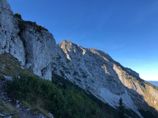 Am Kamm vorbei der Ausblick Richtung Gipfel.
